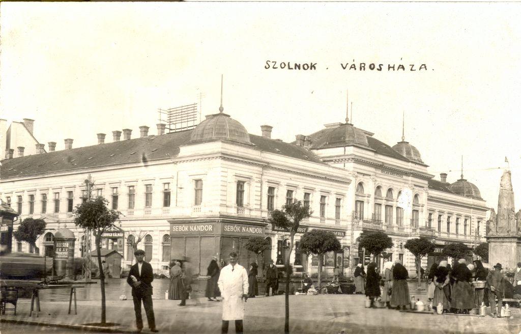 Képeslap a szolnoki városházáról