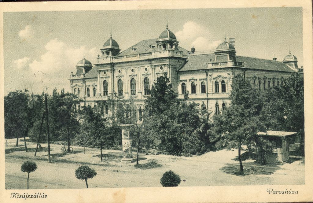2. világháború előtti képeslap a kisújszállási városházáról