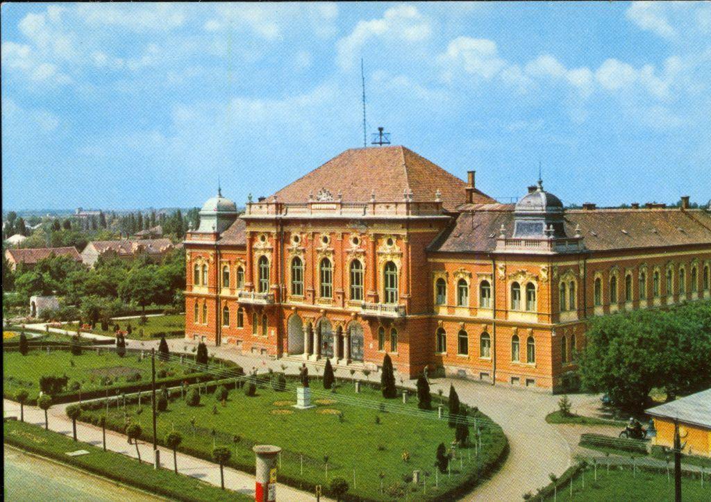 Képeslap a kisújszállási városházáról